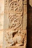 Altes Flachrelief von hindischen Gottheiten in Achyutaraya-Tempel Stockfoto