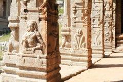 Altes Flachrelief von hindischen Gottheiten in Achyutaraya-Tempel Lizenzfreie Stockfotografie