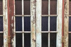 Altes Fleckglas mit klassischer Art und abgezogenen weg Farben vom Holzrahmen Stockbilder