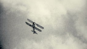 Altes Flugzeug im Flug stock video footage