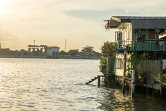 Altes Flussufer-Haus Lizenzfreie Stockbilder