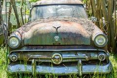 Altes Ford im Autofriedhof Stockfotos