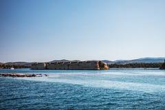 Altes Fort auf dem Seeufer lizenzfreies stockfoto