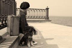 Altes Foto der Weinlese eines kleinen Mädchens und seines Hundes Lizenzfreie Stockbilder