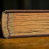Altes Fotoalbum liegt auf einem Holztisch im Raum Geschlossenes Buch Stockfoto