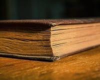 Altes Fotoalbum liegt auf einem Holztisch im Raum Geschlossenes Buch Lizenzfreies Stockbild