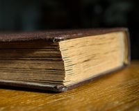 Altes Fotoalbum liegt auf einem Holztisch im Raum Geschlossenes Buch Lizenzfreie Stockfotos