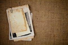 Altes Fotobündel über Leinwandbeschaffenheit als Schablone Stockfotografie