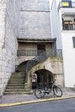 Altes französisches Gebäude mit Stein-staircae Stockfoto