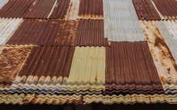 Altes galvanisiertes Stahldach Stockbilder