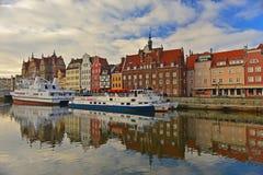 Altes Gdansk-Panorama mit Hafenkanal Stockfotos