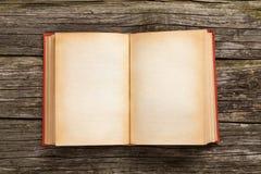 Altes geöffnetes Buch Stockfotos