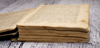 Altes geöffnetes Buch lizenzfreie stockfotos