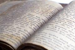 Altes geöffnetes Buch, slawischer Schrifttyp der alten Kirche Lizenzfreie Stockfotos