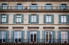 Altes Gebäude außen in Paris, Frankreich mit Fenstern und Balkonen Stockfotos