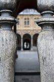 Altes Gebäude in Lille gesehen durch hölzernen Zaun Stockfotos
