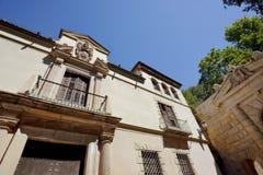 Altes Gebäude mit Balkon und alte Verzierung auf der Dachspitze Lizenzfreie Stockbilder