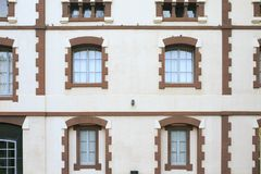 Altes Gebäude mit Fenstern stockfoto