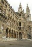 Altes Gebäude mit Steintorbogen Stockfoto