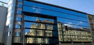 Altes Gebäude reflektieren sich in neuen 2 Stockfotos