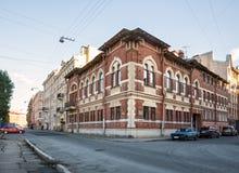 Altes Gebäude in St Petersburg, auf dem Griboedov-Kanal lizenzfreie stockbilder
