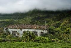 Altes Gebäude und Berge von flores, acores Stockfoto