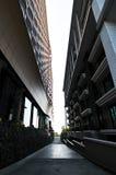 Altes Gebäude und neues Gebäude stockfotos