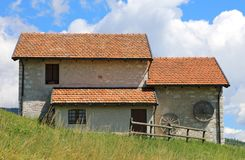 Altes Gebirgshaus wo, sobald der Käse mit t produziert wurde lizenzfreies stockfoto