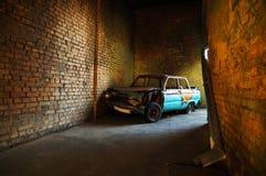 Altes gebranntes Auto in einem Zugang Lizenzfreies Stockfoto