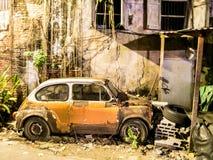 Altes gebrochenes Auto, das Weinleseauto war Stockfotografie