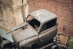Altes gebrochenes Auto mit einem Maschinengewehr Stockbild