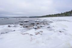 Altes gebrochenes Bootswrack und felsiger Strand in der Winterzeit Gefrorenes Meer, helles und eisiges Wetter auf Ufer wie Märche Stockfotos
