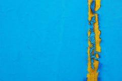 Altes gebrochenes Farbenmuster auf konkretem Hintergrund er sieht wie es ausdehnt in die Hitze und im Brechen aus Stockfoto