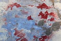 Altes gebrochenes Farbenmuster auf konkretem Hintergrund er sieht wie es ausdehnt in die Hitze und im Brechen aus Stockbild