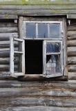 Altes gebrochenes Fenster des hölzernen Hauses Stockbild