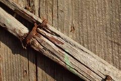 Altes gebrochenes Holzregal Stockbild