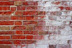 Altes gebrochenes rotes halbweißes der Wand halb Lizenzfreie Stockbilder