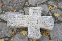 Altes gebrochenes Steinkreuz Stockbilder