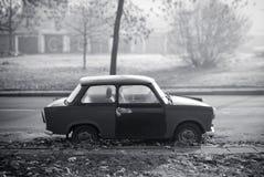 Altes gebrochenes Trabant stockfotografie