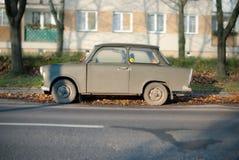 Altes gebrochenes Trabant Auto stockbilder