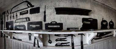 Altes Gefängnis-Werkzeug-Regal Stockbilder