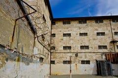 Altes Gefängnisgebäude stockbilder