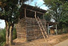 Altes Gefängnisholz an der Landschaft Lizenzfreie Stockbilder