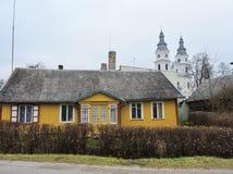 Altes gelbes hölzernes Haus, Litauen stockbilder
