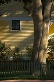 Altes gelbes Haus am Sonnenuntergang stockfoto