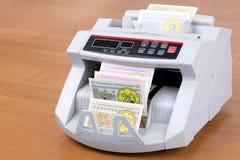 Altes Geld von Kasachstan in einer Zählungsmaschine lizenzfreie stockfotos