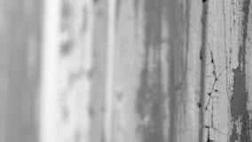 Altes gemaltes Stück Holz, Fokus-Bewegung durch die Szene, Schwarzweiss stock video footage