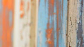 Altes gemaltes Stück Holz, Fokus-Bewegung durch die Szene, Schwarzweiss stock video