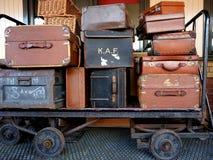 Altes Gepäck, das auf einer Laufkatze sitzt Stockfotografie