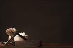 Altes gerades Rasiermesser mit Bürste, Streichriemen und Rasierseife Lizenzfreies Stockbild